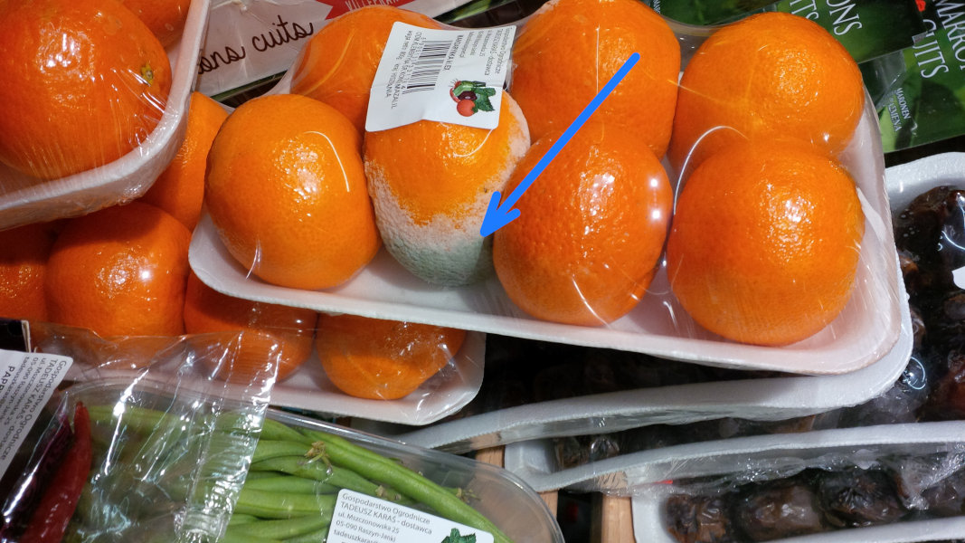 Zepsuty produkt spożywczy w supermarkecie